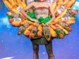 """Video: H'Hen Niê trình diễn trang phục truyền thống mang tên """"Bánh mì"""" tại Miss Universe"""