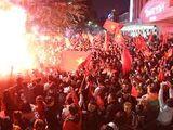 Tin tức - Sau chiến thắng ngọt ngào của tuyển Việt Nam, biển người đổ về trung tâm Hà Nội ăn mừng