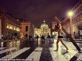 Người mẫu Playboy bị tống giam vì khỏa thân với cây thánh giá trên đường phố Vantican