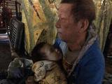 Bất ngờ với sự thật chuyện ông ngoại bế cháu 3 tuổi đi lang thang giữa trời rét Hà Nội