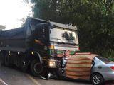 Tin tai nạn giao thông mới nhất ngày 18/2/2019: Ô tô 4 chỗ đấu đầu dính chặt vào xe ben, 2 người chết