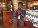 Cậu bé 11 tuổi mồ côi thành lập công ty riêng, kiếm tiền tỉ từ việc đan len