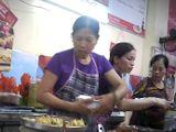 Nhân viên bếp ăn BV đại học Y Hà Nội dùng tay trần lấy thức ăn cho khách hàng?