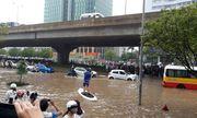 Chàng Tây chèo 'thuyền ôm' giữa phố ngập lụt ở Hà Nội