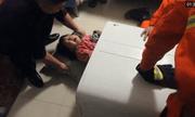 Giải cứu bé gái bị mắc kẹt trong máy giặt