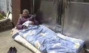 Đau lòng chuyện con trai bất hiếu để mẹ già 82 tuổi ngủ ngoài trời
