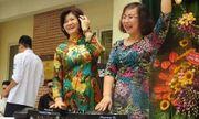 Cô hiệu trưởng lên sân khấu làm DJ trong lễ chia tay học sinh