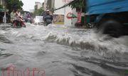 Người dân TP Hồ Chí Minh bì bõm trong nước sau mưa lớn