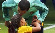 Ronaldo trao nụ hôn làm tan chảy hàng triệu trái tim