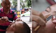 Kinh hãi người đàn ông dùng dao cạo làm sạch mắt cho khách