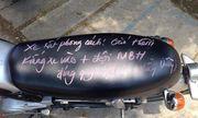 Thầy giáo viết chữ kín yên xe học sinh để… nhắc nhở luật giao thông