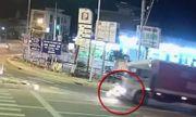 Clip: Va chạm với xe tải, nữ sinh bị cán tử vong ở