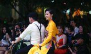 Đông Nhi ngồi xe máy trên phố đi bộ trình diễn nhạc phim