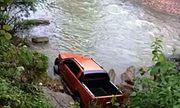 Chiếc xe bán tải cùng xác người đàn ông bí ẩn dưới dòng suối