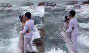 Cô dâu đen đủi nhất năm: Đang chụp ảnh cưới bị sóng đánh rơi xuống biển