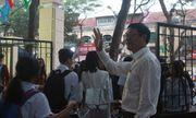 Thầy Hiệu trưởng mỗi ngày đều đứng cổng trường chào học sinh