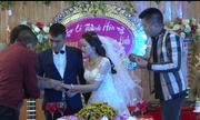 Đám cưới 'siêu lạ lùng': Khách trao vàng cho cô dâu, chú rể đông như trẩy hội