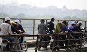 Người dân Hà Nội chen chúc trên cầu Long Biên xem... vớt bom