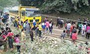 Xe khách đấu đầu xe tải, hàng chục người may mắn thoát chết