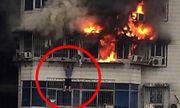 Kinh hoàng cảnh người đàn ông trốn khỏi đám cháy nhờ treo mình trên tầng 24