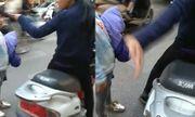 Clip người mẹ vừa mắng vừa tát con giữa ngã tư đường Hà Nội gây bức xúc