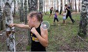 Cô bé 10 tuổi đấm gãy thân cây trong một phút