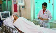 Nam thanh niên dừng xe cứu người bị ô tô tông trúng chấn thương sọ não