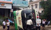 Xe buýt lật nhào khiến 3 người bị thương