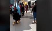 Quỳ gối tỏ tình giữa trung tâm thương mại, cô gái đau đớn sau lời nói nhỏ của chàng trai