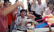 Thùng quà 'không đáy' của học sinh tặng thầy giáo khiến dân mạng phát hoảng