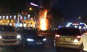Clip: Đèn trang trí Tết ở trung tâm Sài Gòn bất ngờ bốc cháy ngùn ngụt