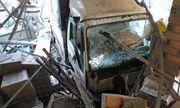 Xe tải mất lái, tông sập mái hiên 3 nhà dân