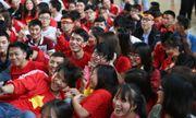 Sinh viên trường Thương Mại cổ vũ đội tuyển U23 Việt Nam