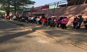 Hàng trăm người xếp hàng từ 5 giờ sáng chờ vé gặp U.23 Việt Nam