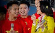 Clip: Mỹ Tâm vừa song ca vừa thử son Hồng Duy U23 Việt Nam tặng trên sân khấu