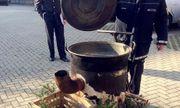 """Đức: Tham gia lễ hội, cô gái trẻ bị 2 """"phù thủy"""" ném vào vạc nước sôi"""