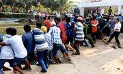 Hơn 100 người giải cứu nạn nhân bị kẹt giữa nắp cống