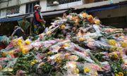 """Bị """"dội hàng"""", chủ hàng đem đổ 200 thùng, hoa tươi chất đống bên đường"""