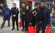 Xách 5 túi tiền hơn 13 tỷ về quê ăn Tết, người phụ nữ được cảnh sát hộ tống