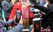 Trung Quốc quét mã QR trên người Thần Tài để nhận lì xì