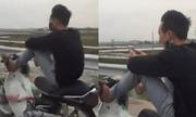 Clip: Sốc với màn lái xe máy bằng chân của nam thanh niên trên đường
