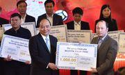 Thủ tướng trao 20 tỷ đồng từ đấu giá áo, bóng của đội U23 cho huyện nghèo