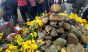 Vụ rắn nằm trên mộ vô chủ: Người dân vẫn tiếp tục cúng bái
