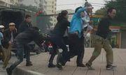 Video: Nhân viên xe buýt cầm gạch đuổi đánh tài xế ô tô