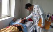 Tát học sinh, một thầy giáo bị đánh gãy sống mũi