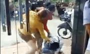 Cô gái trẻ bị 2 phụ nữ đổ sơn, đánh đập dã man trên phố