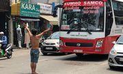 Người đàn ông chặn đầu xe ô tô, quỳ lạy ngoài đường khiến giao thông Sài Gòn tắc nghẽn