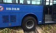 Xe buýt bị xe tải ép văng vào lề, hành khách hoảng loạn la hét