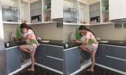 """Lộ diện cuộc sống mẹ bỉm sữa gác chân giữ con để nấu ăn """"bá đạo"""