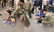 Hà Nội: Nam thanh niên đứng giữa đường, cầm búa tự đập vào đầu